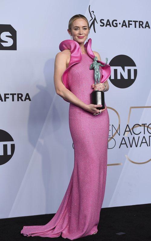Emily Blunt con su premio de los SAG Awards 2019