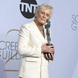 Glenn Close abraza su premio de los SAG Awards 2019