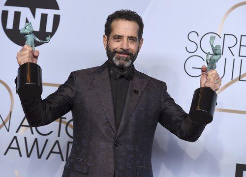 Tony Shalhoub con sus dos premios de los SAG Awards 2019
