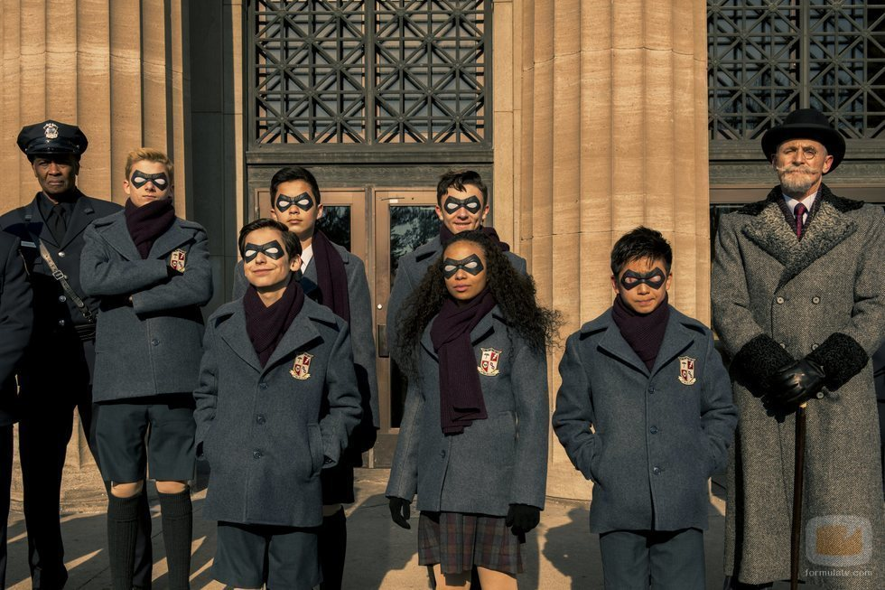 Los superhéroes de 'The Umbrella Academy' posan junto al gran magnate