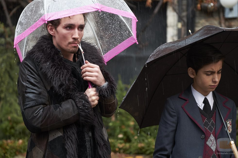 Klaus Hargreeves  y Number Five, personajes de 'The Umbrella Academy'