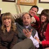 La familia Recio y el Padre Alejandro con Laura Caballero en el rodaje de la temporada 12 de 'La que se avecina'