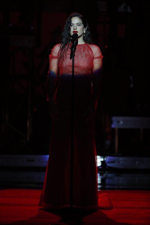 Rosalía durante su actuación en los Premios Goya 2019
