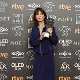 """Clara Bilbao con su Goya 2019 a Mejor diseño de vestuario en """"La sombra de la ley"""""""