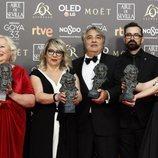 """El equipo de """"El hombre que mató a Don Quijote"""" luciendo sus dos premios Goya 2019"""