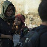 Andrea Duro y una niña en la nueva serie de RTVE 'Promesas de arena'