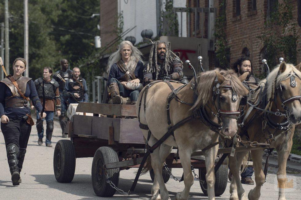 Carol y Ezekiel en un carro tirado por caballos en la novena temporada de 'The Walking Dead'