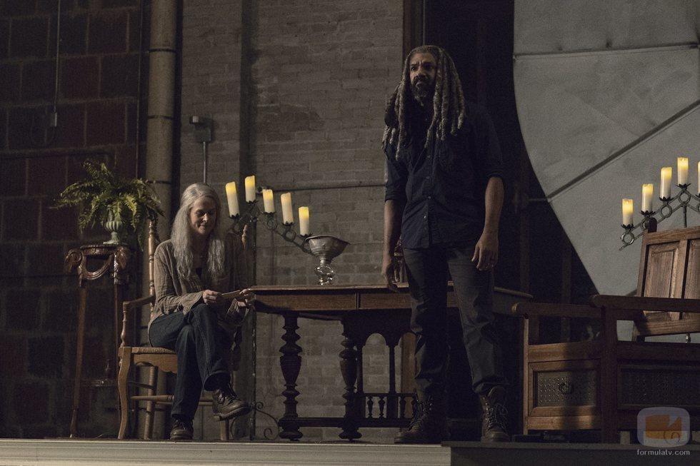 Ezekiel y Carol sobre un escenario en la novena temporada de 'The Walking Dead'