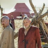 Hafdan y Harald en su viaje por el desierto en 'Vikings'