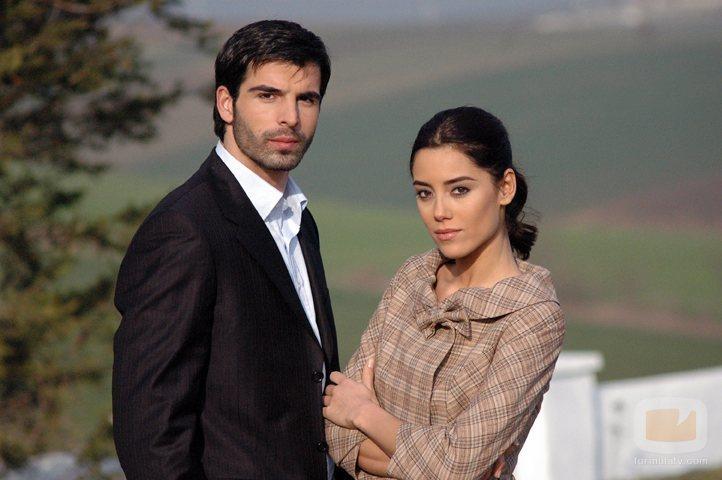 Cansu Dere y Mehmet Akif Alakurt posan para promocionar 'Sila'
