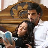 Sila lee un libro y Boran la acompaña en la cama en 'Sila'