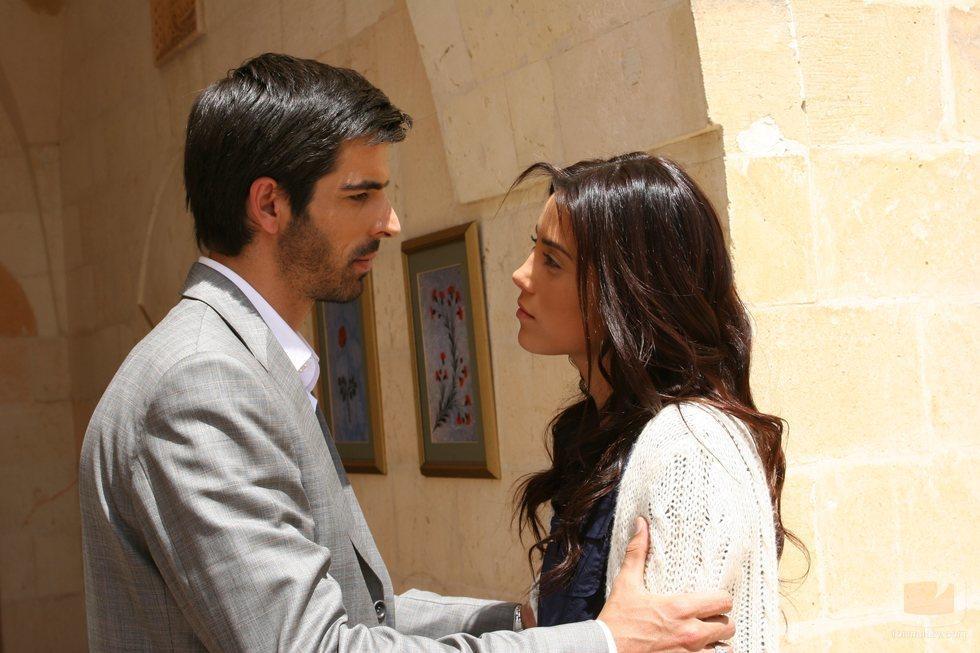 Cansu Dere y Mehmet Akif Alakurt interpretan a un matrimonio de conveniencia en 'Sila'