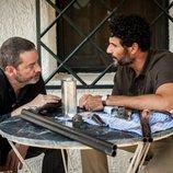 Enrique Urbizu y Óscar Higares en el rodaje de la segunda temporada de 'Gigantes'