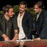 Enrique Urbizu da directrices a Isak Férriz y Daniel Grao en el rodaje de la segunda temporada de 'Gigantes'