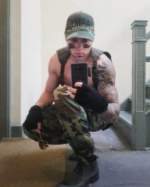 Gus Kenworthy, fichaje de la temporada 9 de 'American Horror Story', posa de militar