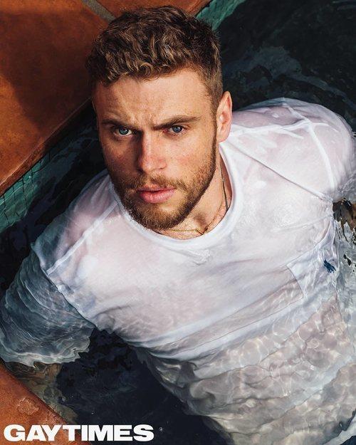 Gus Kenworthy ('American Horror Story'), posa mojado en una piscina