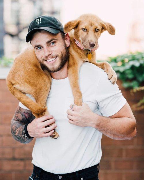 Gus Kenworthy, fichaje de la temporada 9 de 'American Horror Story', con su perro
