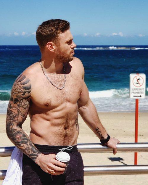 Gus Kenworthy, fichaje de 'American Horror Story', posa semidesnudo en la playa