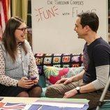 Amy y Sheldon sentados en el sofá en la temporada 12 de 'The Big Bang Theory'
