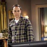 Sheldon mira la televisión en la temporada 12 de 'The Big Bang Theory'