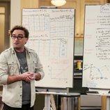 Leonard junto a dos pizarras en la temporada 12 de 'The Big Bang Theory'