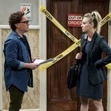 Leonard y Penny frente al ascensor averiado en la temporada 12 de 'The Big Bang Theory'