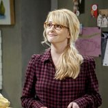 Bernadette con un bote de sandía en la temporada 12 de 'The Big Bang Theory'