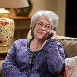 Mrs. Fowler habla por teléfono en la temporada 12 de 'The Big Bang Theory'
