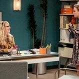 Bernadette y Penny en el despacho en la temporada 12 de 'The Big Bang Theory'