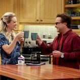 Penny y Leonard brindan con café en la temporada 12 de 'The Big Bang Theory'
