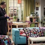 Sheldon observa a Leonard en la temporada 12 de 'The Big Bang Theory'