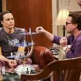 Sheldon y Leonard juegan a su versión del ajedrez en la temporada 12 de 'The Big Bang Theory'