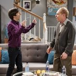 Howard y Larry Fowler hablando en la temporada 12 de 'The Big Bang Theory'