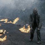 Un caminante en un paisaje en llamas en la quinta temporada de 'Fear The Walking Dead'