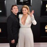 Meghan Trainor y Daryl Sabara posan en la alfombra roja de los Premios Grammy 2019
