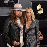 Billy Ray Cyrus y Tish Cyrus, en la alfombra roja de los Premios Grammy 2019