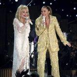 Miley Cyrus junto a Dolly Parton en los Premios Grammy 2019