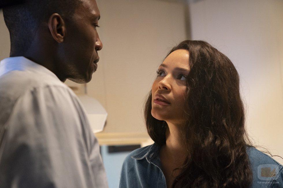 Los actores Mahershala Ali y Carmen Ejogo en la tercera temporada de 'True Detective'