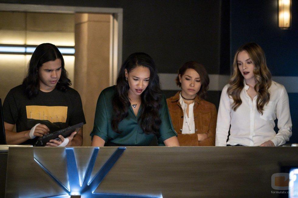 Carlos Valdes, Candice Patton, Jessica Parker Kennedy y Danielle Panabaker en la quinta temporada de 'The Flash'