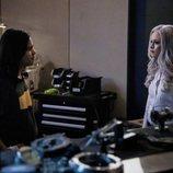 Carlos Valdes y Danielle Panabaker en la quinta temporada de 'The Flash'