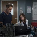 Greg Germann y Caterina Scorsone en la temporada 15 de 'Anatomía de Grey'