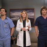 Giacomo Gianniotti, Ellen Pompeo y Chris Carmack en la temporada 15 de 'Anatomía de Grey'