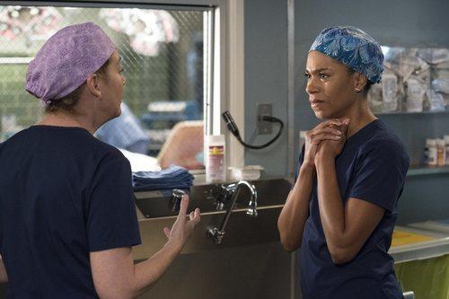 Ellen Pompeo y Kelly McCreary en la temporada 15 de 'Anatomía de Grey'