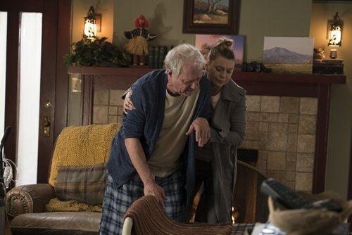 Los actores Jeff Perry y Ellen Pompeo en la temporada 15 de 'Anatomía de Grey'