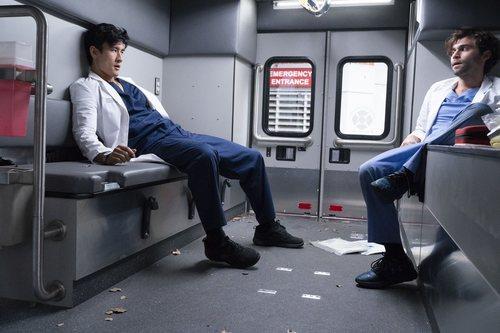 Alex Landi y Jake Borelli en la temporada 15 de 'Anatomía de Grey', de ABC