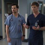 Giacomo Gianniotti y Chris Carmack en la temporada 15 de 'Anatomía de Grey', de ABC