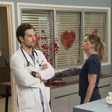 Los actores Giacomo Gianniotti y Ellen Pompeo en la temporada 15 de 'Anatomía de Grey'