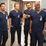 Justin Chambers, Kevin McKidd, Jesse Williams y James Pickens Jr. en la temporada 15 de 'Anatomía de Grey'