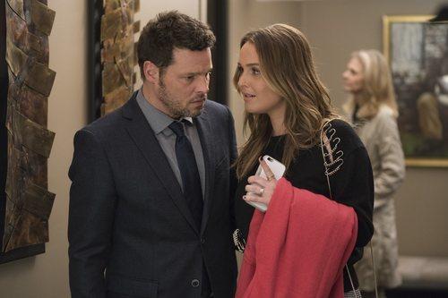 Los actores Justin Chambers y Camilla Luddington en la temporada 15 de 'Anatomía de Grey', de ABC