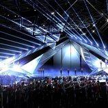 Una estructura de triángulos se descuelga sobre el escenario de Eurovisión 2019